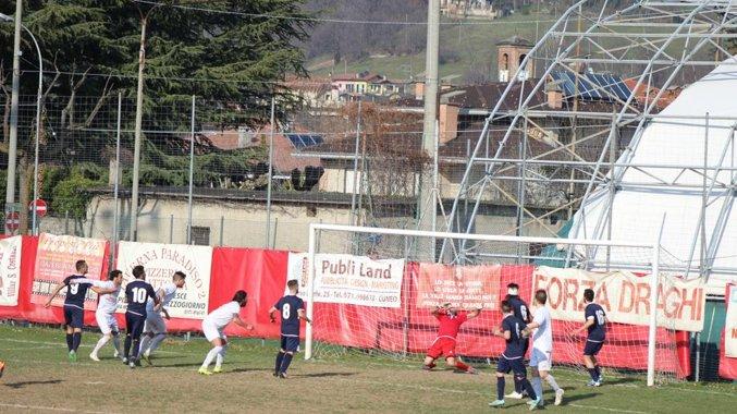 Fabio Melle colpisce di testa e manda la palla della vittoria sulla Valenzana in rete